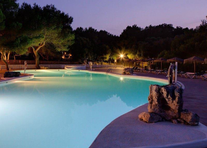 Le camping de Son Bou , sur la cote sud de Minorque. Il est idéalement situé, non loin de la plage de Son Bou , la pus étendu de l'île.