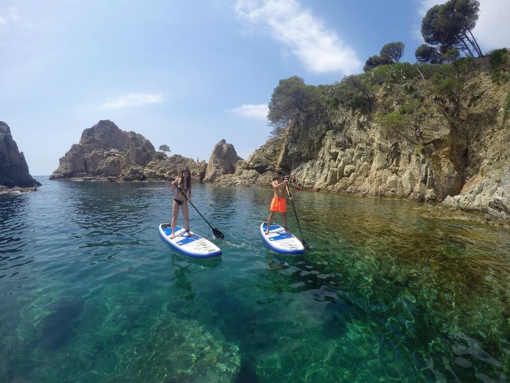 Le paddle surf est un excellent moyen de découvrir tous les recoins du littoral de Minorque.