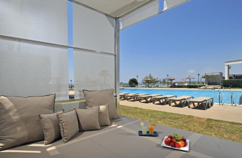 Un moment de détente près de la piscine de l'hotel