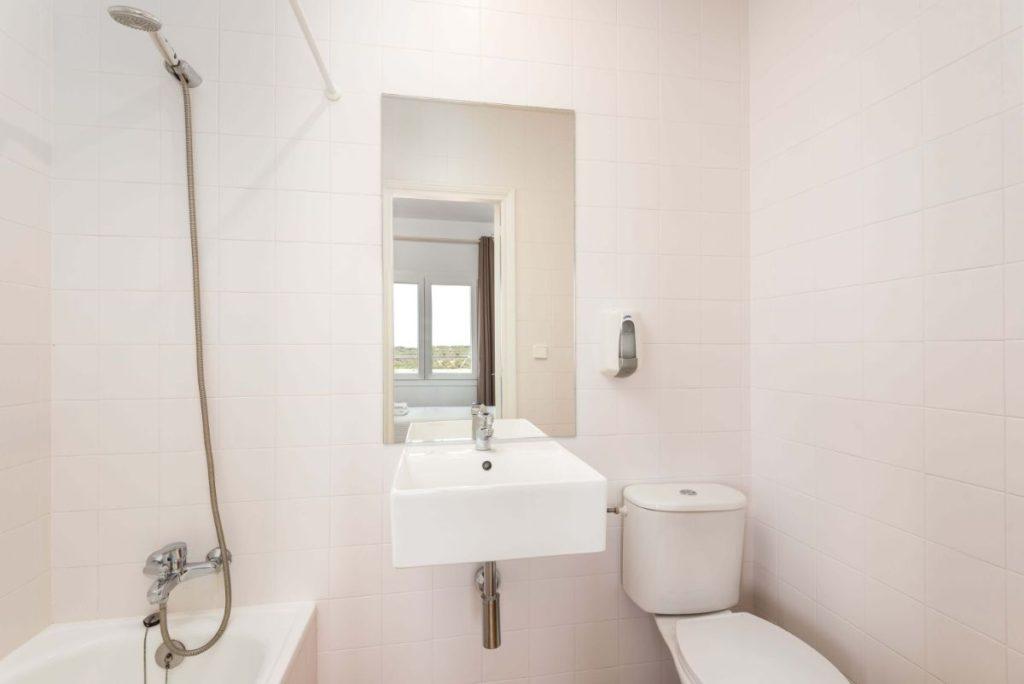 Salle De Bains 2 | Hostal Jume Urban Rooms, En Plein Cœur De Mahon | Bons Plans Minorque