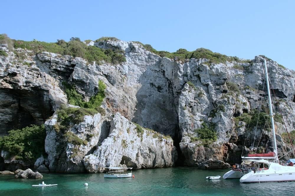 De superbes falaises autour de la crique de Cales Coves