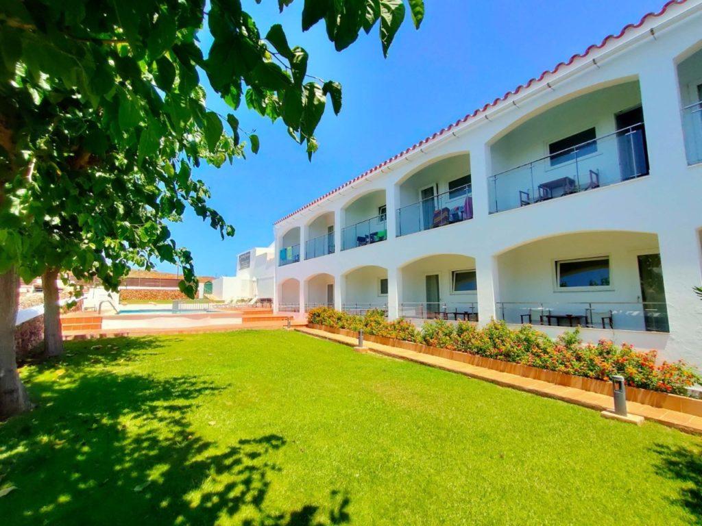 Jardin tranquille Hostal La Palma à Fornells